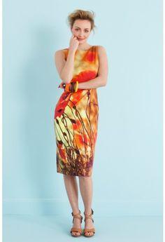 Deze jurk is een klassiek getailleerd model met boothals en rits in de zijnaad. De jurk springt eruit door de bijzondere stretchkatoen met giga-klaprozen.