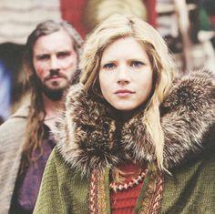 Rollo and Lagertha - Vikings on the History Channel Ragnar Lothbrok, Ragnar Vikings, Costume Viking, Viking Reenactment, Vikings Tv Series, Vikings Tv Show, Viking Queen, Viking Age, Travis Fimmel