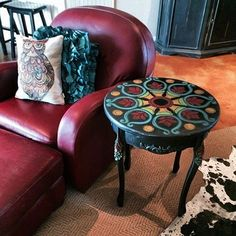 Awesome little side table!  I need to find one and paint the top like this!  Time to hit some consignment stores!