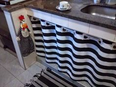 Blog Amor-Perfeito: Cortina para debaixo da Pia...Faz um tempinho que venho mudando a decoração da minha cozinha e desta vez mudei a cortina debaixo da pia...Ownnn adorando!!!...Desde que troquei os armários, os aparelhos eletrodomésticos, os utensílios e os artigos decorativos estão seguindo o padrão P&B...Que é uma opção que nunca sai de moda, é elegante e perfeita...