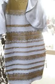 Vestido dorado y blanco polemica