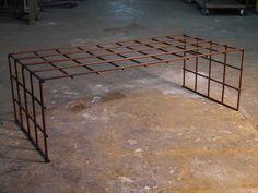 Mesas y sillas en metal de estilo industrial en hierro y madera envejecida…