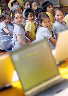 <p>.- Uno niños británicos de primaria son fotografiados durante la exposición de un programa informático de protección a menores en Internet en