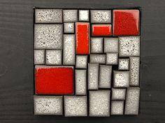 Mosaico gris piedra y rojo. Mural por OlgaSanchezCeramista en Etsy, $108.00