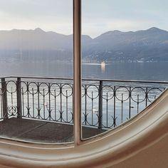 """""""Mi piace"""": 344, commenti: 21 - Gloria Di Blasi Vita su Marte (@vitasumarte_g) su Instagram: """"In questa foto c'è tutto: lago, ferry boat, cigni, meteopapere, un bell'infisso. C'è pure il…"""" Gif, Windows, Instagram, Mars, Ramen, Window"""