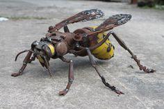 Sehen ist eine Hornisse in freier Wildbahn ein unvergessliches Erlebnis, ich habe Glück, nur wenige haben (ruhige!) Begegnungen mit dieser unglaublichen Insekt und diejenigen haben wiederum inspirierte mich zu dieser Skulptur zu machen.  Die gelben Teile dieser Hornet wurden Hand geschnitten und geformt von der Hintertür von einem Renault Kangoo (französische van), die auf dem Schrottplatz rosten war, Thorax ist Metallkopf ausblenden Hammer und die Flügel von Mountainbike Fahrrad…
