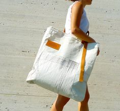 Recycled sail shoulder bag made in Italy, by TRAKATAN. Sailing Outfit, Tarpaulin, Boat Stuff, Craft Bags, Big Bags, Branded Bags, Tote Purse, Bag Making, Purses And Bags
