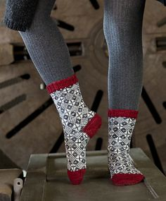 Ravelry: SusaMika pattern by Tiina Kaarela - love the graphics and colour choice Knitted Slippers, Wool Socks, My Socks, Knitted Bags, Knitting Socks, Hand Knitting, Knitting Designs, Knitting Patterns, Ravelry