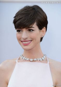 Anne Hathaway usa cabelo curto com franja