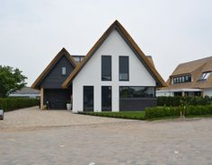 Contemporary traditional house in The Netherlands by Bongers Architecten. Style At Home, Residential Architecture, Modern Architecture, Bungalow Extensions, Villa, Bungalow Homes, Solar House, European House, Exterior Remodel