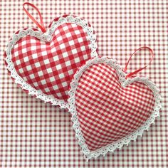 Gingham Hanging Hearts / Red and White Christmas Ornaments / Hanging Hearts / Set of 2 / Christmas Tree Ornaments / Xmas Vintage Hearts - Fabric Crafts DIY White Christmas Ornaments, Christmas Tree And Fireplace, Handmade Christmas Tree, Christmas Hearts, Xmas Tree, Christmas Tables, Nordic Christmas, Modern Christmas, Fabric Hearts