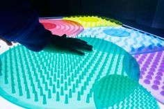 Mesa de luz: qué es y cómo usarla + Imprimibles - Mumuchu Sensory Table, Sensory Play, Reggio Emilia, Color Montessori, Maria Montessori, Happy Baby, Light And Shadow, Light Table, Retro