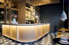 Saboc: entorno nórdico y cocina minimalista en el nuevo epicentro del barrio del Born. | diariodesign.com. Restaurant interior brick Lighting Lamps bjad Pavements gres chairs sofàs. Bars.
