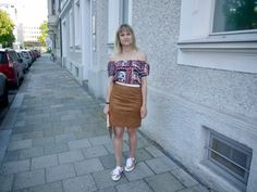 suede skirt, off shoulder shirt, metallic sneakers, summer look, fashionblog, outfit, fashion, modeblog