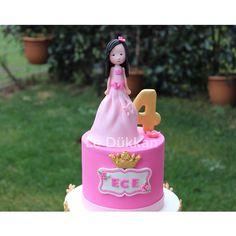 Günaydın ☀️ Good Morning Everyone  #birthdaycake #doğumgünüpastası #doğumgünü #cakeart #fondantcake #şekerhamurlupasta #şekerhamuru #fondant #sugarcake #cakedesign #princesscake #cakeoftheday #butikpasta #cakedecoration #kişiyeözelpasta #instacake #cakestagram #sugarcraft #girlcake #decoratedcake #edibleart #caketopper #figür #crown #designercake #ideiasdebolosdocesedelicias #blogencontrandoideias #biscuit