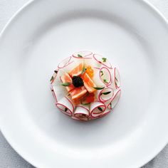 Fumé de saumon- Smoked salmon with radish- Kimitaka Nomura Food Design, Food Decoration, Molecular Gastronomy, Culinary Arts, Creative Food, Food Presentation, Food Plating, Food Pictures, Food Styling