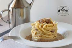 Un primo piatto classico, leggermente rivisitato e preparato alla nostra maniera. La pasta con crema di funghi e salsiccia