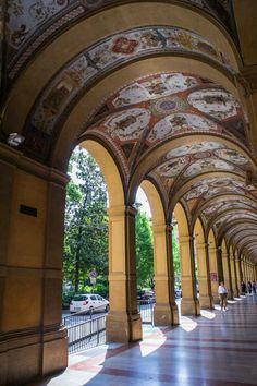 Una volta c'era una città grande e lunga, soleggiata e piovosa nei giorni giusti, che noi chiamavamo Bologna e ancora oggi,se desideri ricordare un posto che non c'è più, c'è chi …