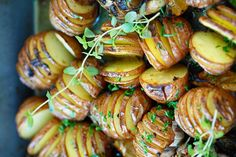 This recipe of small oven-roasted potatoes is absolutely delicious and will delight your guests … It's also (as always) very easy to prepare. Oven Roasted Potatoes, Parmesan Potatoes, Small Oven, Potato Vegetable, Easy Meals For Kids, Side Dishes, Garlic, Bbq, Food And Drink