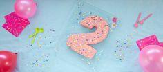 Oppskrift på morsom tallkake til toåringens bursdagsselskap. Gled både barn og voksne med kaken som er formet som et 2-tall. Lag en lys langpannekake med ostekrem på toppen. Slå deg løs med farger og pynt, og dere er klar for fest!