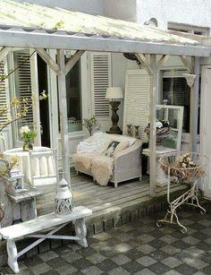 Mooie openslaande deuren en houten luiken met shutters