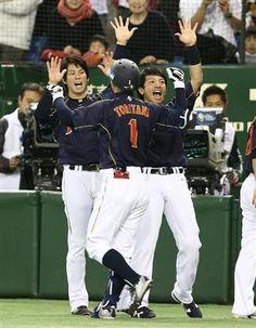 1回、先制弾の鳥谷を迎える松田(右)と前田健太(左)=東京ドーム(撮影・岡田亮二)