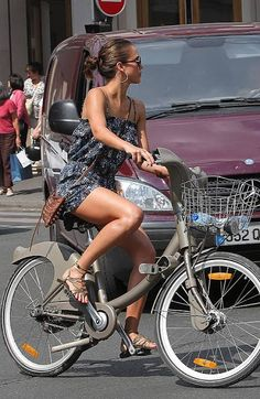 Jessica Alba - Paris 2010 #velib #cute #loveit