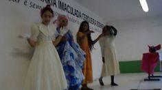 O 6º ano B fez uma homenagem a Monteiro Lobato, no palco da escola, durante o intervalo Jenniffer (Emília), Maria Fernanda (Tia Nastácia), Ana Paula (Dona Be...