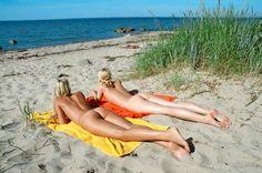 Nackte Frauen sonnen sich an der Ostsee.