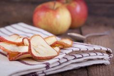 Яблочные чипсы - пошаговый рецепт с фото: Отличный вариант простого и полезного лакомства.