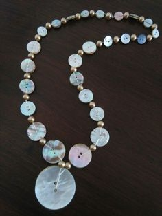 Mother of pearl button necklace Fabric Jewelry, Beaded Jewelry, Handmade Jewelry, Button Necklace, Diy Necklace, Button Art, Button Crafts, Crochet Necklace Pattern, Diy Buttons