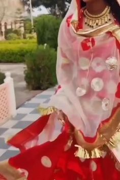 Rajasthani Bride, Rajasthani Dress, Flower Jewellery For Mehndi, Father And Daughter Love, Bhaji Recipe, Rajputi Dress, Snapchat Picture, Choli Designs, Royal Dresses