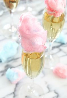 These cotton candy champagne cocktails are easy, whimsical and elegant. They are perfect for an outdoor summer party. I don't know what it is about cotton candy that gets me so excited. I've seen cotton Cocktails Champagne, Champagne Bar, Cocktail Drinks, Cocktail Recipes, Alcoholic Drinks, Craft Cocktails, Beverages, Cotton Candy Cocktail, Cotton Candy Champagne