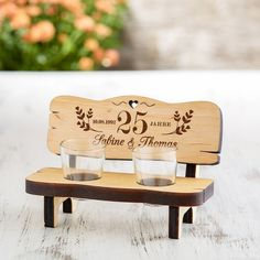 Our idea as a gift for the anniversary of marriage: the liquor bank with engraving for the golden wedding - personalized. Engrave the schnapps bank now - customize the schnapps bar! Anniversary Crafts, Anniversary Decorations, Anniversary Gifts For Couples, 50th Anniversary, Wood Crafts, Paper Crafts, Presents For Her, Schnapps, Wedding In The Woods