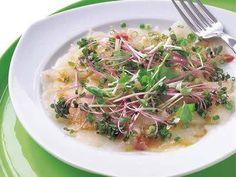落合 務さんのたいを使った「まだいのカルパッチョ」のレシピページです。覚えておくと使えるイタリアンの前菜。スプラウトは紫キャベツ、ホワイトセロリなど、なければ貝割れ菜でも。 材料: たい、A、細ねぎ、スプラウト、塩、こしょう