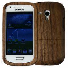 Dřevěný kryt mini z ořechového dřeva je vhodným kandidátem pro ochranu Vašeho Samsungu S3 mini před pádem, poškrábáním a nečistotami.