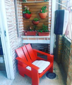 """A cadeira é um símbolo design e, por isso, a minha primeira é a cadeira Krat, design do holândes Gerrit Rietveld, é incrível, totalmente feita de madeira pinus, com um design diferenciado. Inicialmente era construída a partir de pallets e caixotes usados, por isso do nome, que significa """"caixote"""", """"pallet"""" em holândes. Esse ângulo de assento te deixa muuuuuito confortável!"""