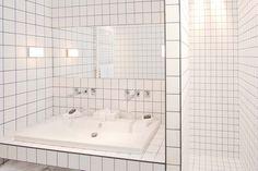 Blanches immaculées, les salles de bains intégralement recouverte de mosaïque