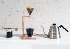 Easily make a pour over coffee maker out of copper pipe with HomeMade Modern. Cafetiere Design, Diy Lampe, Pour Over Coffee Maker, Homemade Modern, Coffee Snobs, Reusable Coffee Filter, Coffee Stands, Coffee Tables, Diy Home