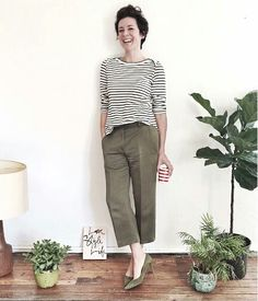 Hand holding something and the other hand in pocket. Garance Dore is casual chic personified. Mode Chic, Tomboy Fashion, Fashion Blogs, French Chic, Parisian Chic, Work Looks, French Girls, Work Wardrobe, Minimal Fashion