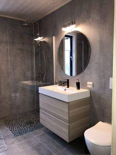 Rondane er en smekker familiehytte med et lekent utrykk. Den røsta himlinga gir oppholdsrommet en ekstra dimensjon, og kvaliteter som ekstra oppholdssone, badstu og overbygd uteplass og inngangsparti med tilgang til bod gjør denne hytta komplett tross sine relativt beskjedne 86 m² BRA. Toilet, Bathrooms, Mirror, Furniture, Home Decor, Bathing, Flush Toilet, Decoration Home, Bathroom
