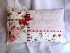 Coussin romantique, tendance shabby chic, Broderie main roses anciennes passe ruban dominante rose : Tessili e tappeti di shabby-ligne