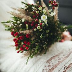 Completa tu look de boda con este bonito ramo. Delight all your guests with this marvellous of flowers Check other ideas in our boards Spring Wedding Decorations, Summer Wedding Colors, Diy Wedding Flowers, Wedding Bouquets, Wedding Robe, Wedding Day, Floral Bouquets, Floral Arrangements, Wedding Events