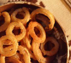 Inele de ceapa (de post) Onion Rings, Vegan, Ethnic Recipes, Food, Essen, Meals, Vegans, Yemek, Onion Strings