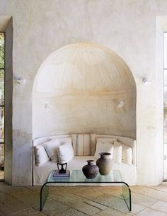 whitewashed space with built-in curved nook with curved white sofa and curved glass coffee table. New Mexico Homes, Unique Sofas, Magical Home, Curved Sofa, Cozy Nook, Curved Glass, Interior S, Elle Decor, Home Remodeling