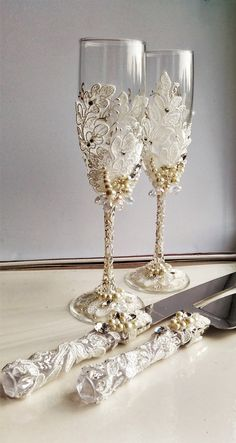 For these glasses color: white and ivory All completely handmade! MEASUREMENTS: -Champagne flutes : Height - 9.2 inch (23.5 sm). Volume – 170ml (6.1 oz) - set for cake: cake server - 10 cake knife - 13  Custom champagne glasses may be created to fit your needs. Your unique wedding colors can be used for this design. Names and date may be painted to customize to your occasion. Customizations are included in the price.  Glasses will be carefully packed for shipping. Also, here you can order a…