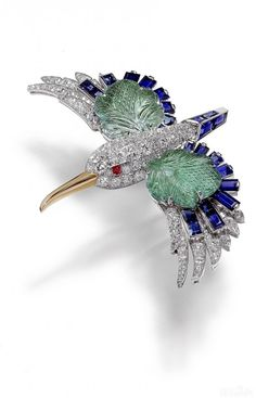 Cartier brooch Kingfisher 1941 design collection antique jewelry with precious stones, diamonds, gold, platinum inlaid through exquisite craftsmanship made, a symbol like a free bird love birds in Greek mythology, giving aesthetic yearning.