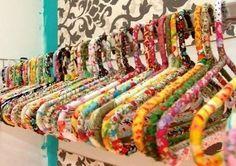 Comment habiller et relooker un cintre en bois, en fer ou en plastique, voici de belles idées pour un total relooking de vos cintres. Découvrez les tutos de nos blogueuses créatives pour customiser un cintre.. Blog : Bohemian society girl - Tuto customiser un cintre