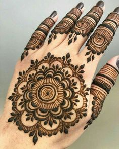 Are you interested to adore simple mehndi designs on palm on chand rat? Mojaritoy of the girls and women move to the mehndi artists or saloons for the best mehndi design. Round Mehndi Design, Mehndi Designs Finger, Back Hand Mehndi Designs, Simple Arabic Mehndi Designs, Mehndi Designs For Girls, Mehndi Designs For Beginners, Mehndi Designs For Fingers, Mehndi Design Photos, Mehndi Simple