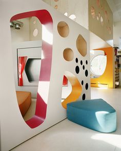 Library Design Children's Library Kindergartens in Tromsø, Norway by Arkitektur Removable Seating.Its been done so many times in various forms.but that's because it works and the children love the interaction with the fabric of the build Kindergarten Interior, Kindergarten Design, Corporate Office Design, Indoor Playroom, Kid Playroom, Kid Rooms, Ecole Design, Bibliotheque Design, Kids Library